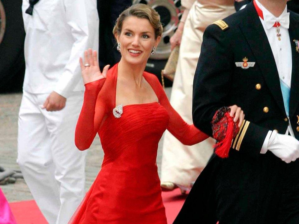 Letizia con vestido rojo de lorenzo caprile en la boda de federico de dinamarca